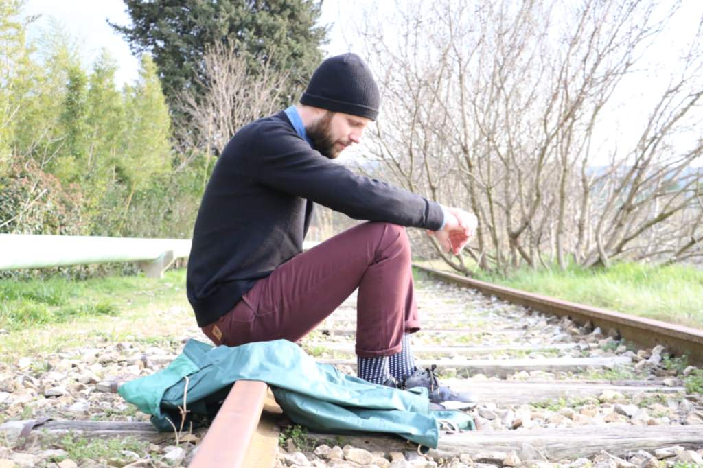 look-bonnet-pull-chino-sneakers